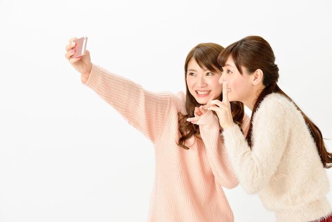 自撮りをする2人の女性