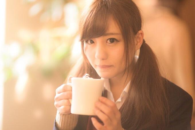 マグカップを持つ女子高校生