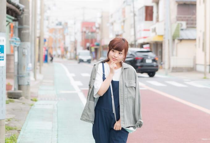 商店街を練り歩く女性