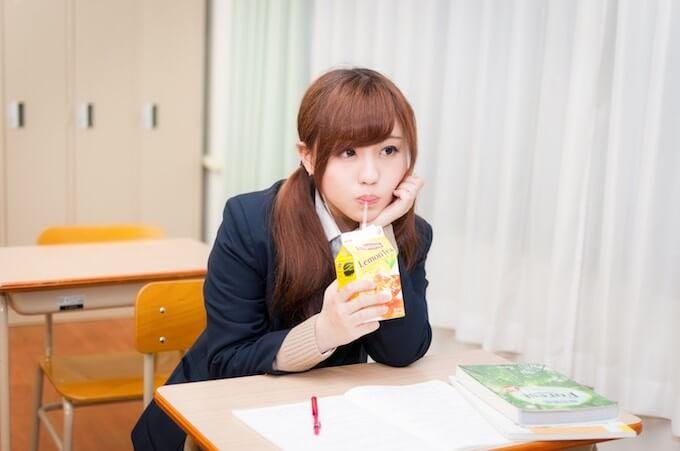 レモンティーを飲む女子高生