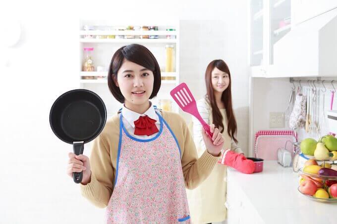 料理をする女子高生