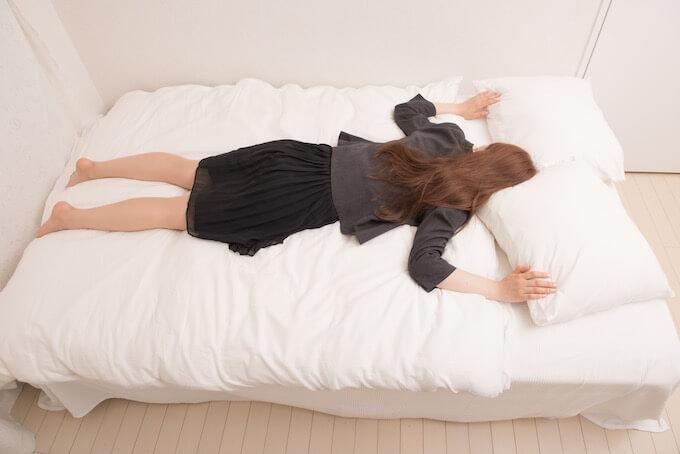 ショックでベッドに倒れる女性