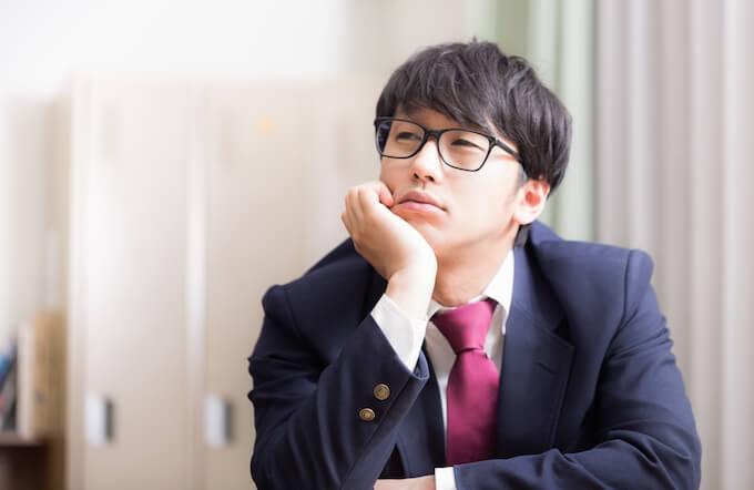 眼鏡をかけた男子高校生
