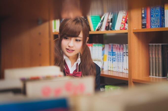 図書室を歩く女子高校生