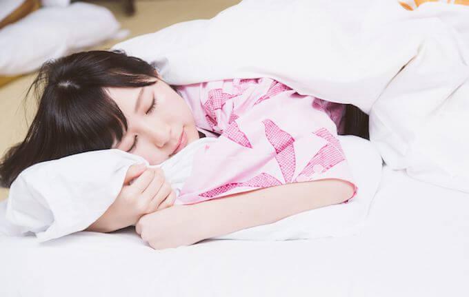 気持ちよく眠っている女性