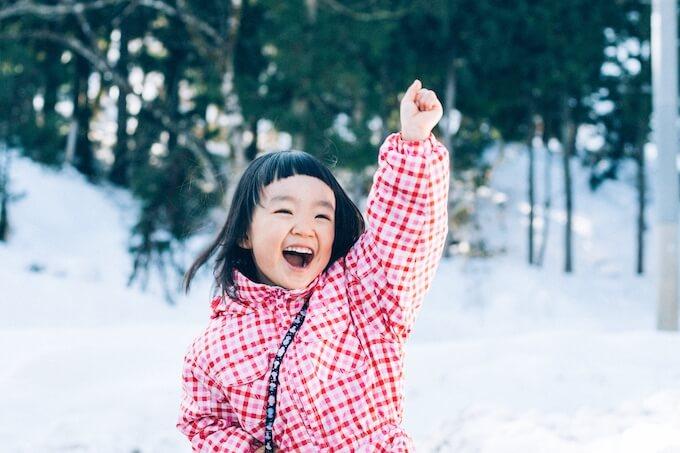 雪遊びを楽しむ女の子