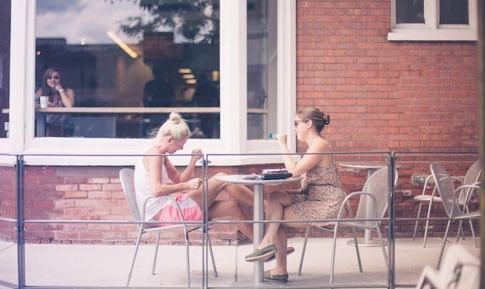 話し合う女性2人