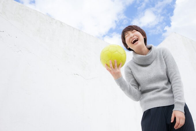 サッカーボールを持つ笑顔の女性
