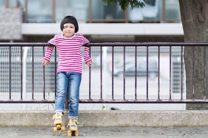ローラースケートを履く女の子