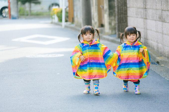 街中を冒険する双子の女の子