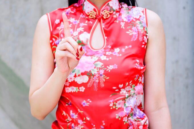 チャイナ服の女性