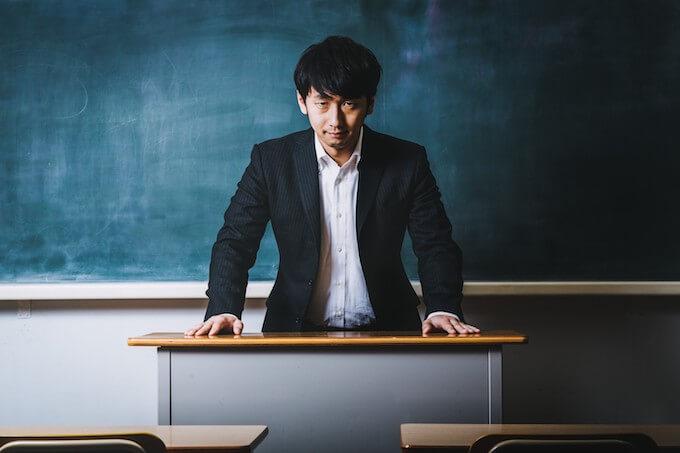 真剣な顔の男性教師