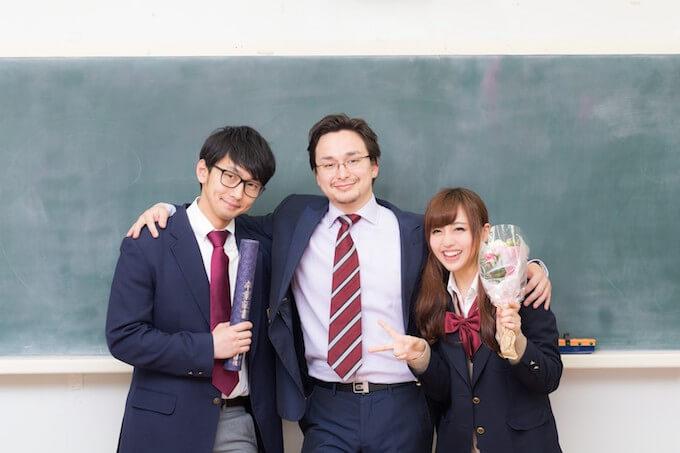 卒業式で記念写真を取る生徒と先生