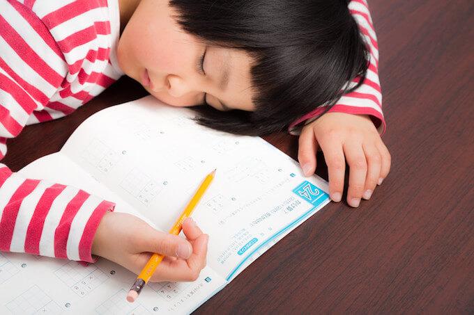 宿題途中で眠ってしまった女の子