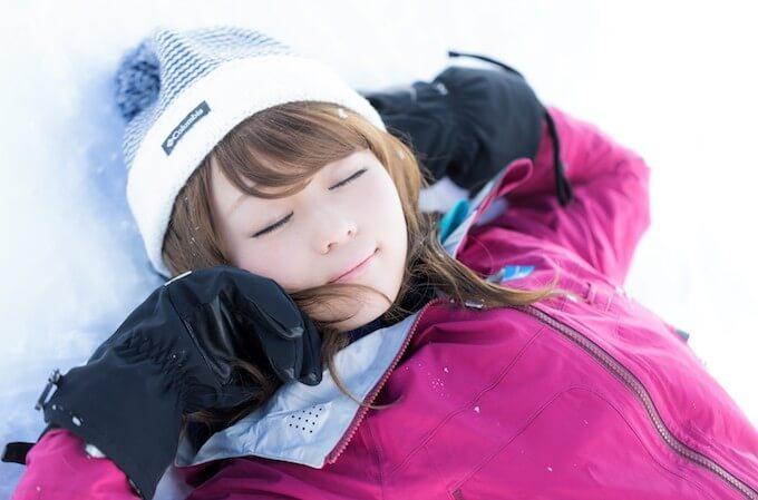 スキー場で寝転ぶ女性