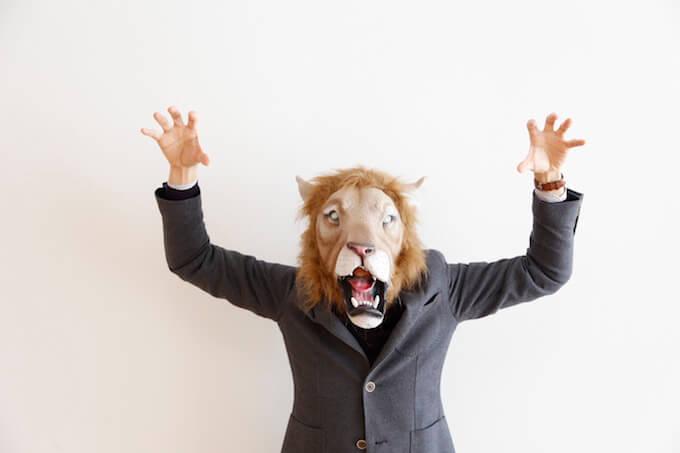 ライオンの被り物をかぶった男性